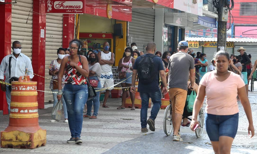 Calçadão de Queimados nesta quarta-feira: movimentação grande e pessoas sem máscara próximas umas às outras Foto: Pedro Teixeira / Agência O Globo
