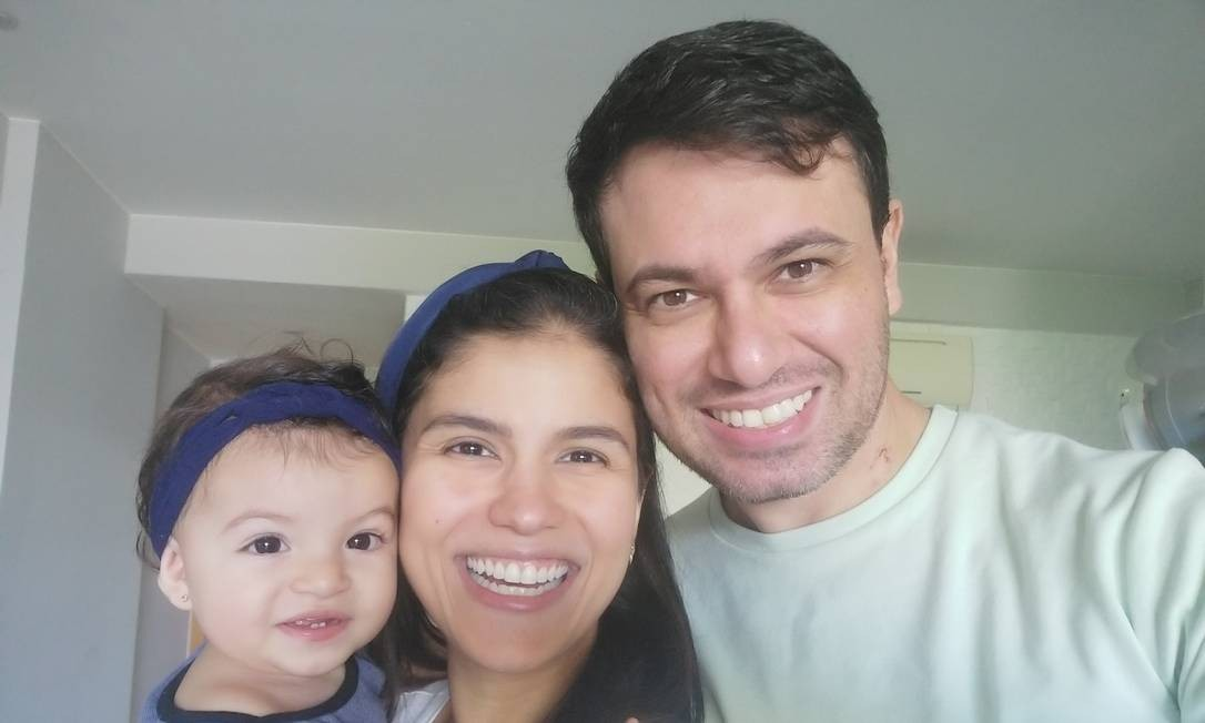 O médico Rodrigo Costa, que venceu a Covid-19, com a mulher, Amanda, e a filha Maria Clara Foto: Acervo pessoal