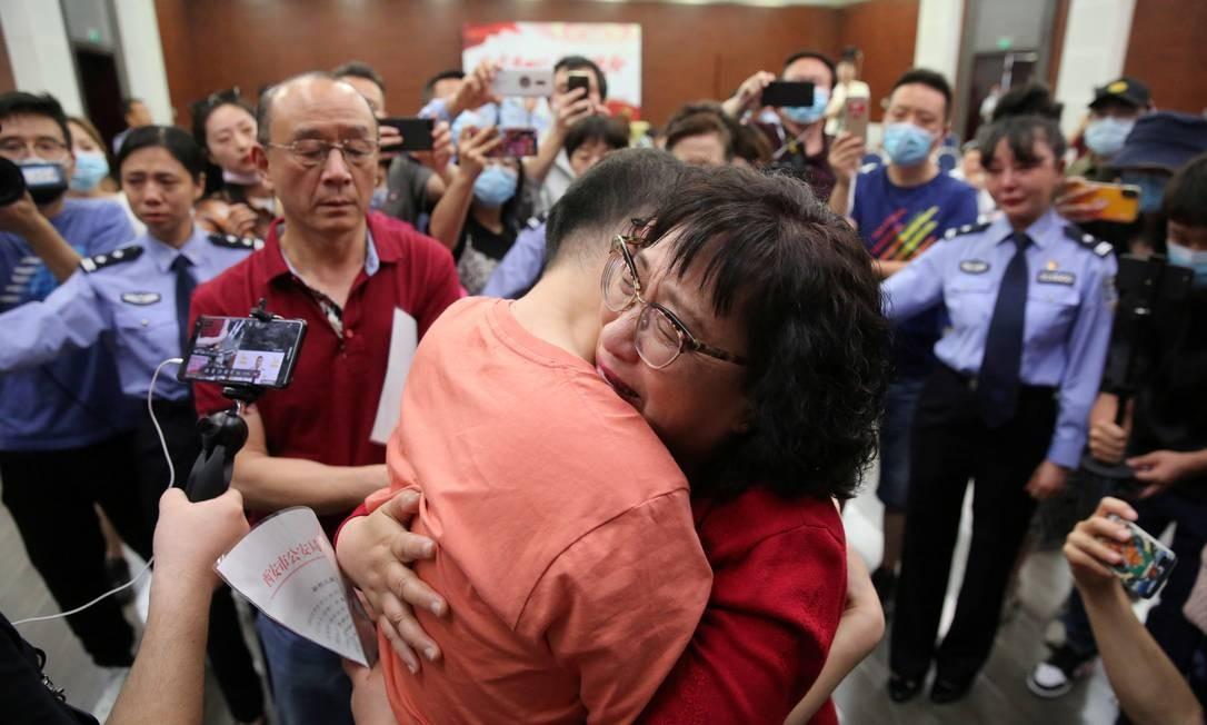 O reencontro, que aconteceu com ajuda da polícia chinesa, emocionou quem presenciou Foto: CHINA DAILY / REUTERS