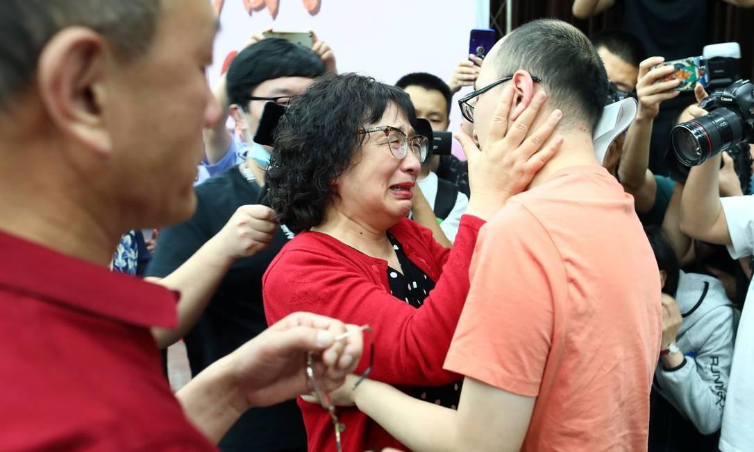 O reencontro emocionante entre de Mao Yin com sua mãe Li Jingzhi. Há 32 anos, quando era uma criança de 2 anos, Mao Yin foi sequestrado em um hotel de beira de estrada em Xian, província de Shaanxi, na China Foto: STR / AFP