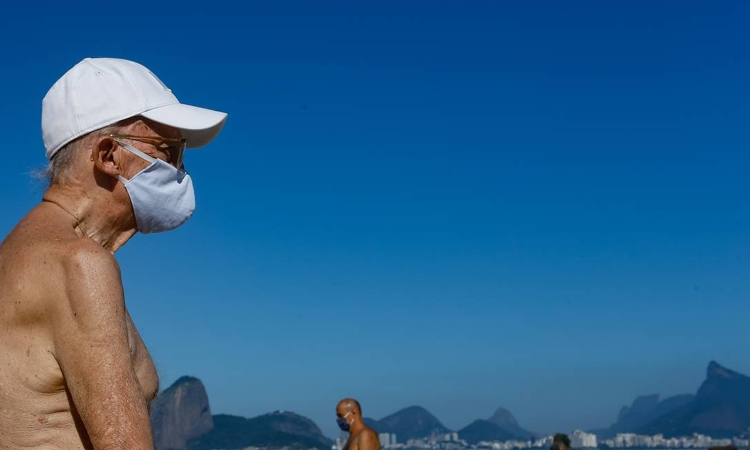 Movimento aumentou na orla de Niterói nesta quinta-feira: reabertura no município permite exercícios na praia de 6h às 9h da manhã Foto: Roberto Moreyra / Agência O Globo