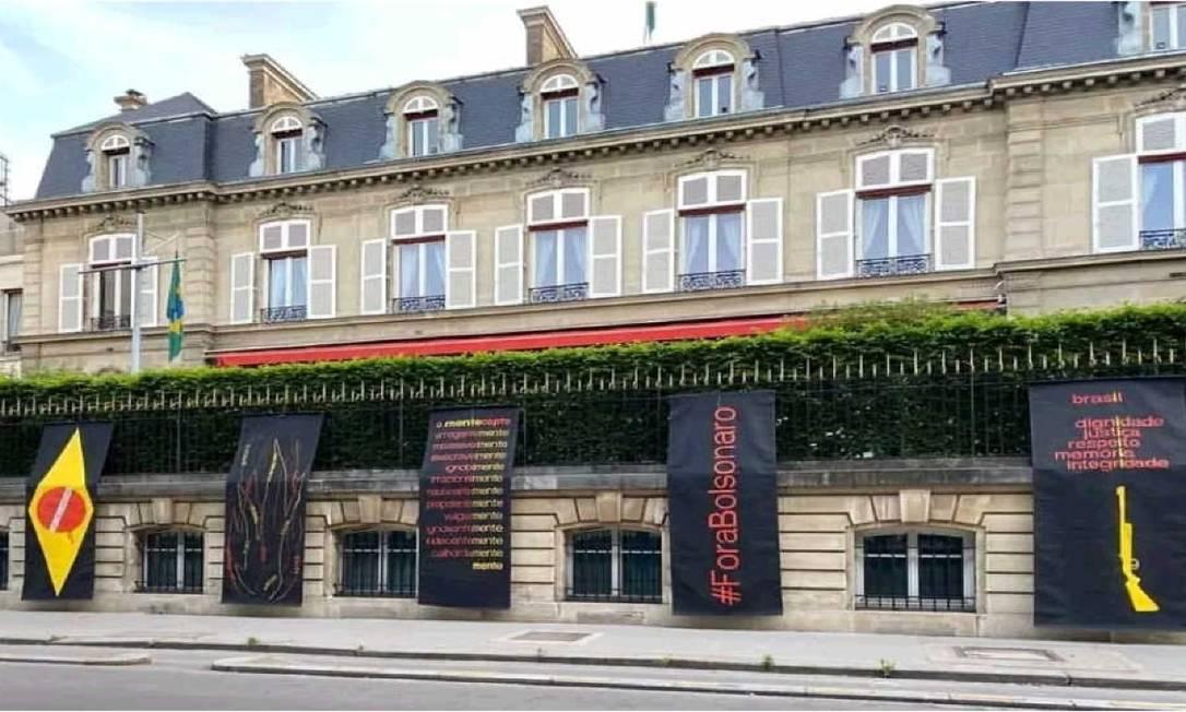 Painéis foram instalados na fachada da Embaixada do Brasil em Paris Foto: @julio_villani