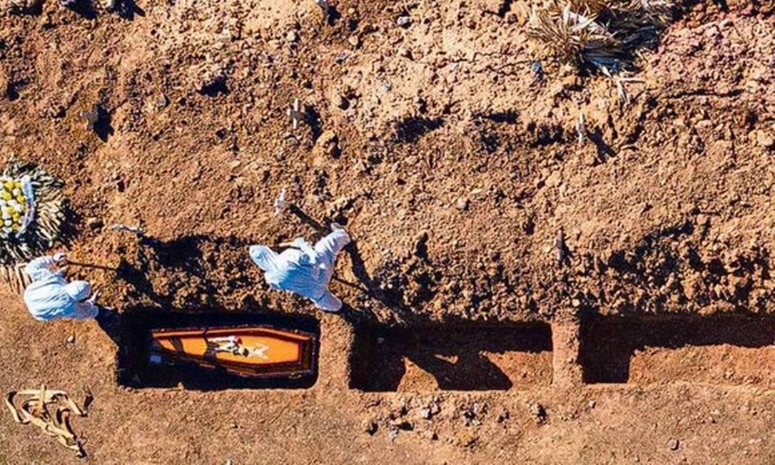 Sepultamento de vítimas da Covid-19 no Cemitério do Caju Foto: Brenno Carvalho
