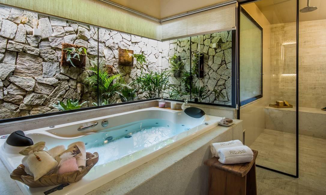 Banheira de hidromassagem no spa Rituaali, em Penedo, um dos hotéis que integram a associação Circuito Elegante Foto: André Maceira / Divulgação