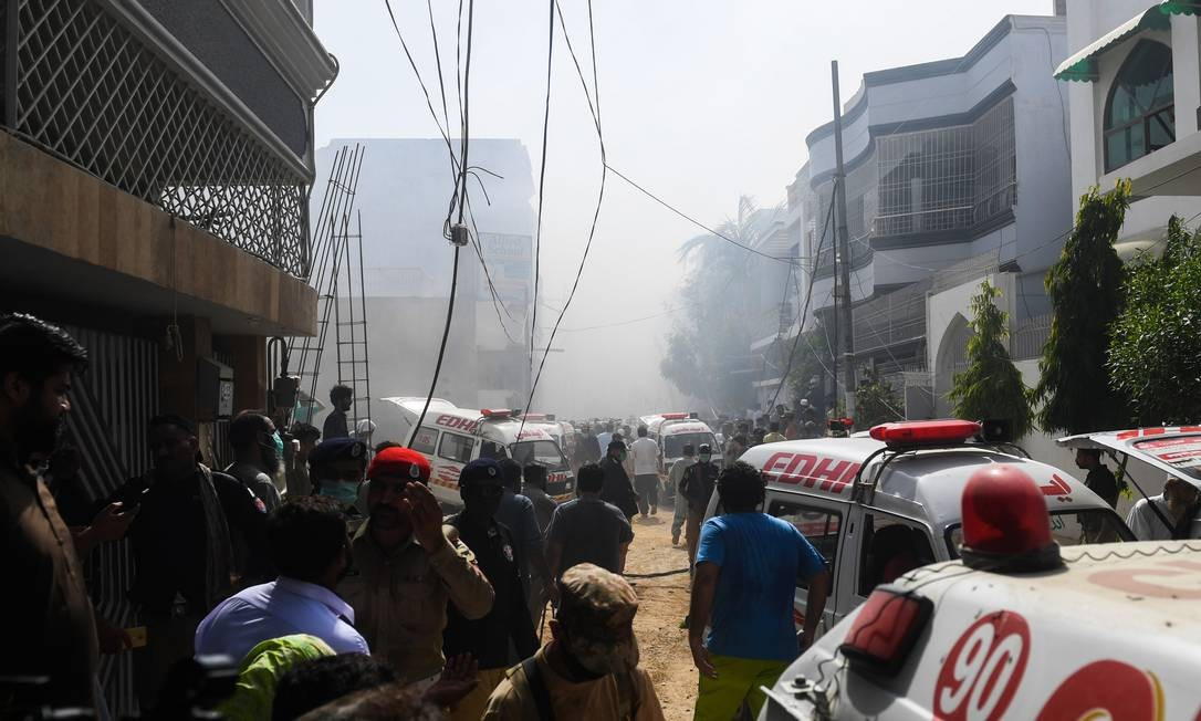Equipes de resgate chegam ao local da queda do avião da Pakistan International Airlines na manhã desta sexta-feira Foto: ASIF HASSAN / AFP