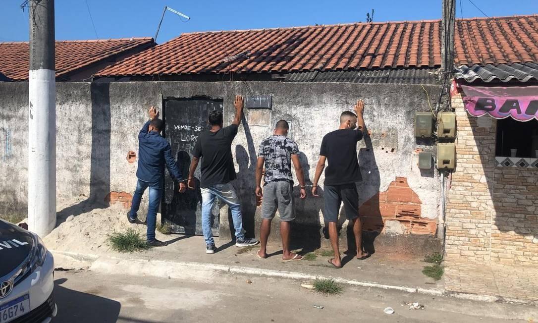 Os quatro milicianos logo após serem presos Foto: Reprodução