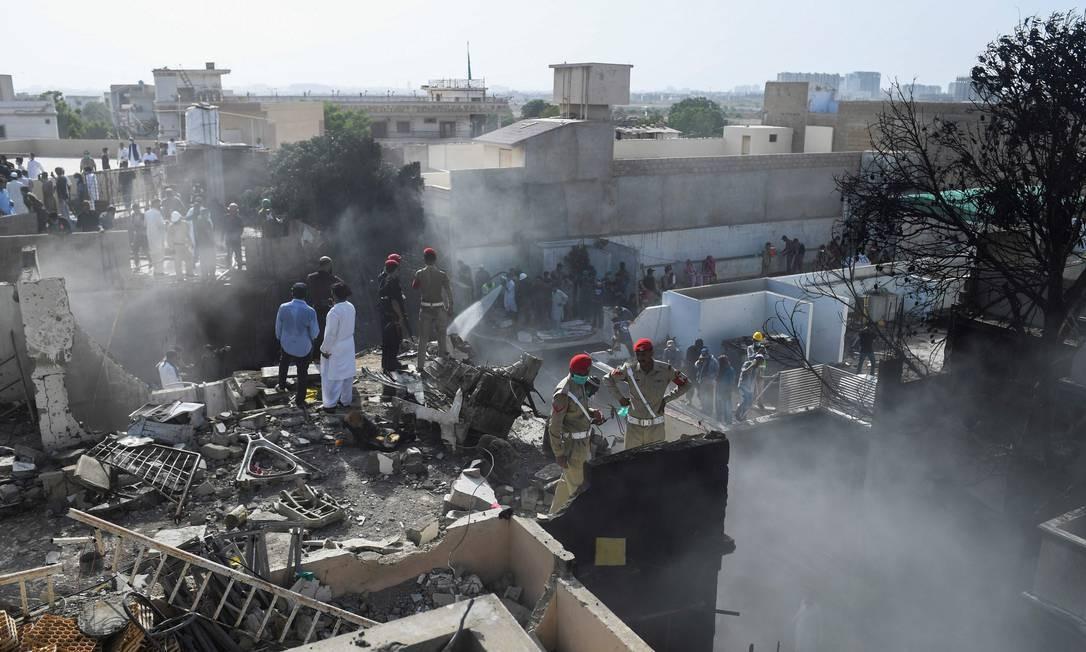 Equipes de resgate buscam por vítimas no local. Segundo o prefeito da cidade, Waseem Akhtar, não deve haver sobreviventes do voo Foto: ASIF HASSAN / AFP