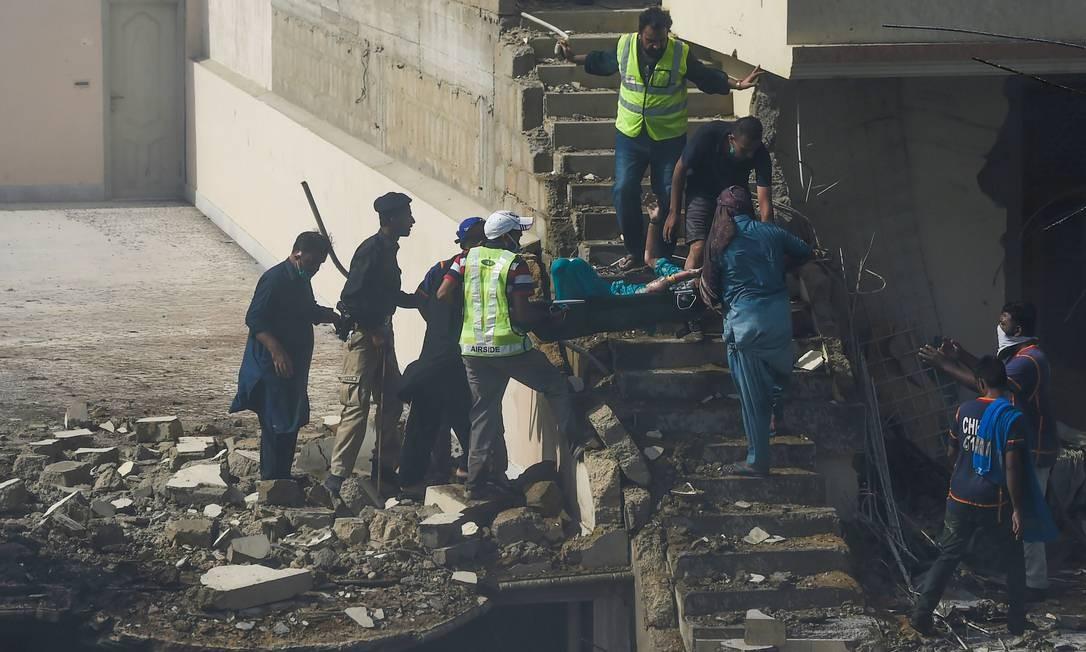 A queda do avião deixou, pelo menos, 107 pessoas que estavam a bordo Foto: ASIF HASSAN / AFP