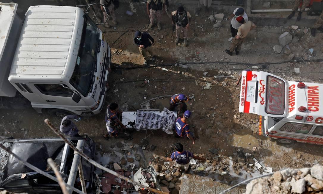 Corpo de vítima é resgatado do local do acidente Foto: AKHTAR SOOMRO / REUTERS