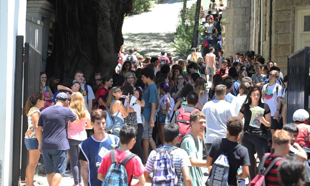 Candidatos se encontram para realizar Enem 2019 na Universidade Santa Úrsula, no Rio. Foto: Guilherme Pinto / Agência O Globo