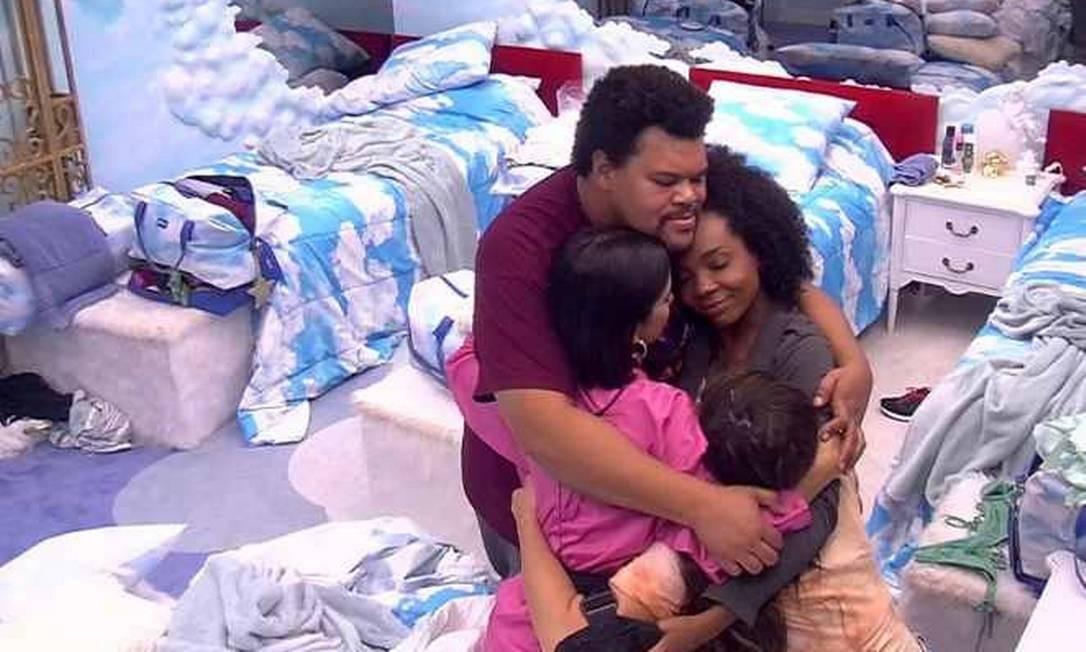 Participantes do BBB 20 se abraçam durante o programa Foto: Reprodução/TV Globo