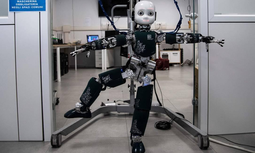 Instituto Italiano de Tecnologia (IIT), em Gênova, exibe o iCub, um robô humanoide cognitivo de código aberto, durante a Fase 2 de flexibilização do lockdown. O projeto é desenvolvido como parte do projeto da União Europeia RobotCub e posteriormente adotado por mais de 20 laboratórios em todo o mundo. Possui 53 motores que movem a cabeça, braços e mãos, cintura e pernas. Pode ver e ouvir. O objetivo do RobotCub é estudar a cognição através da implementação de um robô humanoide do tamanho de uma criança de três anos e meio Foto: MARCO BERTORELLO / AFP