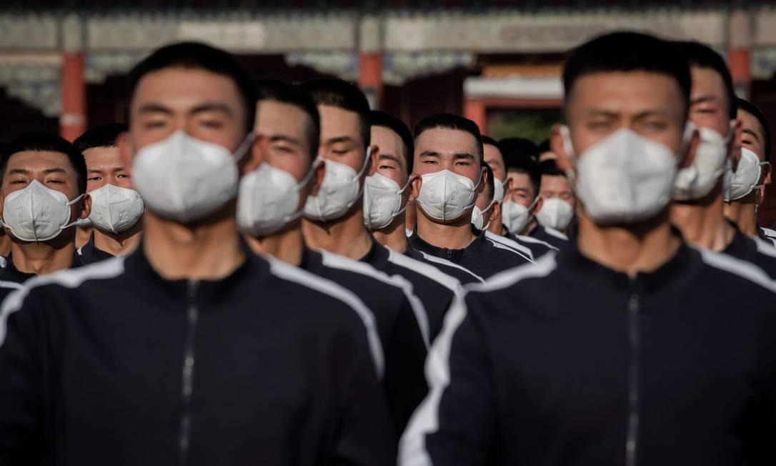 Soldados do Exército Popular de Libertação (PLA) em uniforme esportivo marcham ao lado da entrada da Cidade Proibida após a sessão de abertura do Congresso Nacional do Povo (NPC), em Pequim. A China aumentará o orçamento das forças armadasem em 6,6 % em 2020. Anúncio foi feito nesta sexta-feira Foto: NICOLAS ASFOURI / AFP