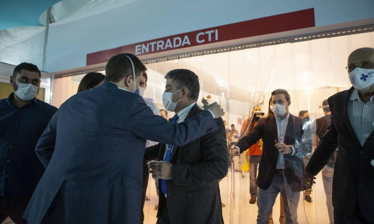 Novo secretário estadual de Saúde, Fernando Ferry, inaugurou ala do hospital de campanha do Maracanã, nesta sexta-feira Foto: Alexandre Cassiano / Agência O Globo