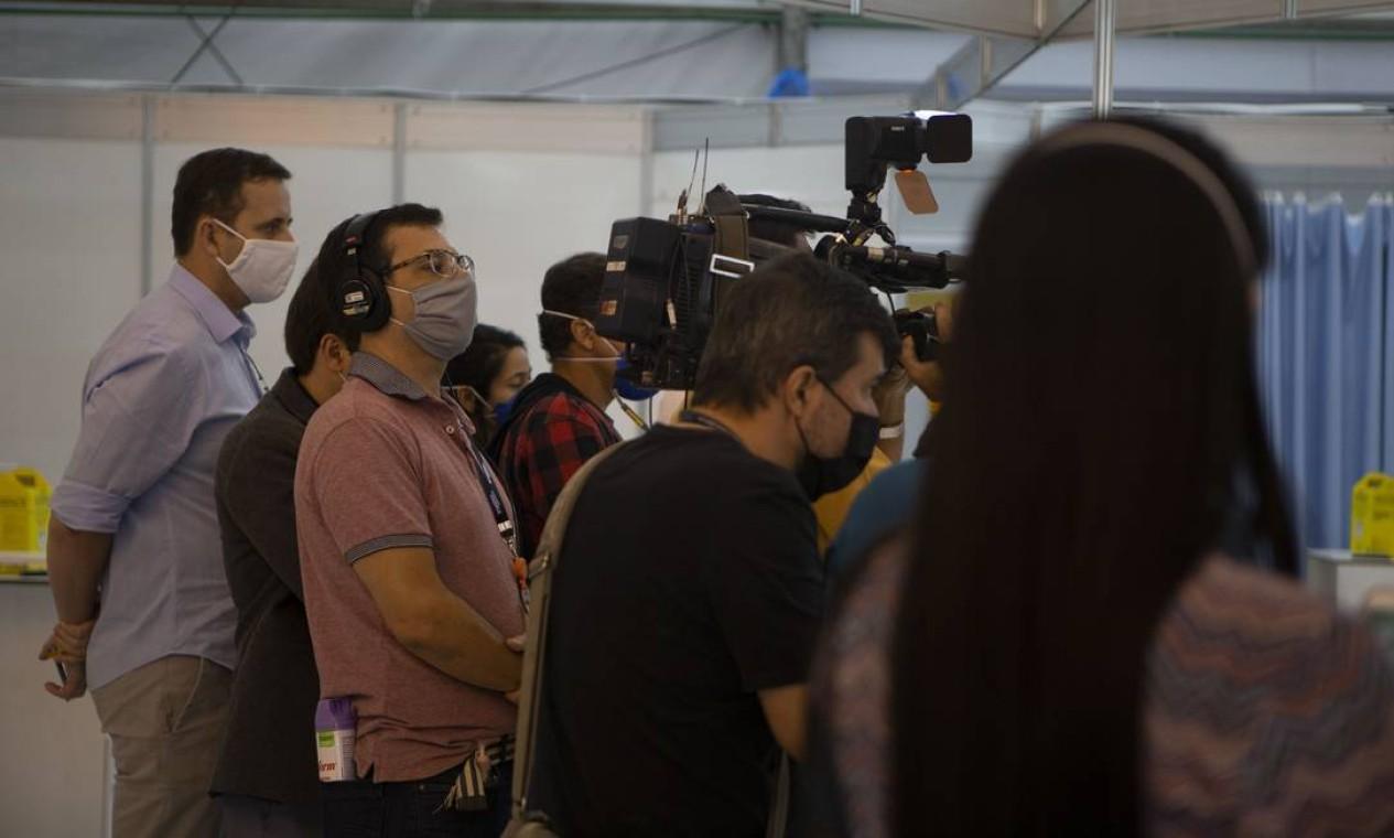 Profissionais da imprensa acompanham inauguração de leitos no hospital de campanha do Maracanã Foto: Alexandre Cassiano / Agência O Globo