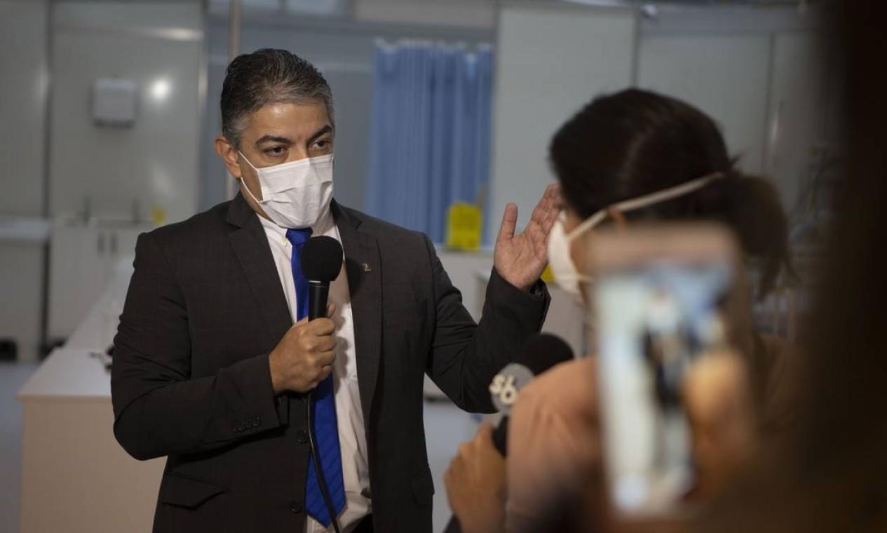 Secretário estadual de Saúde, Fernando Ferry, dá entrevista durante inauguração de novos leitos no Maracanã Foto: Alexandre Cassiano / Agência O Globo