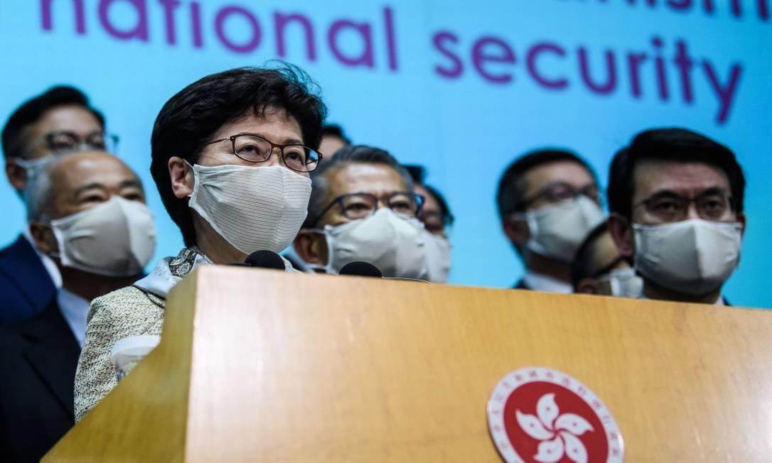 Chefe do Executivo de Hong Kong, Carrie Lam, e seus aliados, durante entrevista coletiva após participação na abertura da sessão do Parlamento chinês Foto: ANTHONY WALLACE / AFP