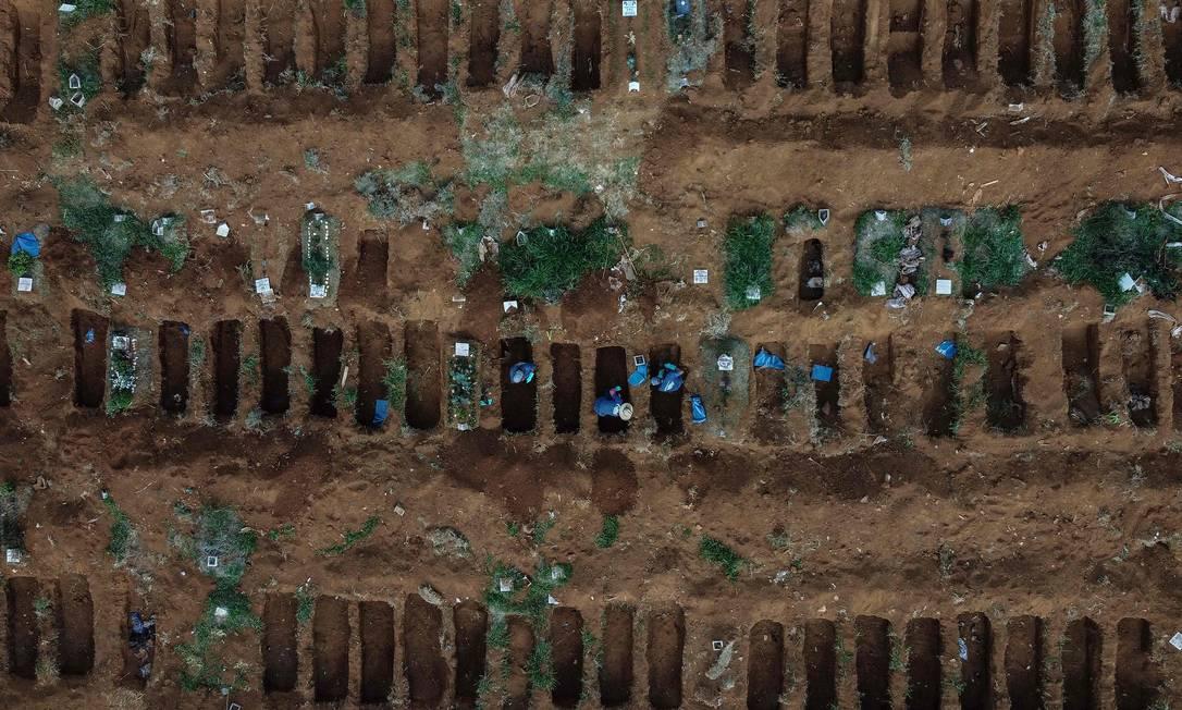 Cemitério de Vila Formosa,em São Paulo: Brasil tem mais de 20 mil mortes pelo coronavírus Foto: NELSON ALMEIDA / AFP