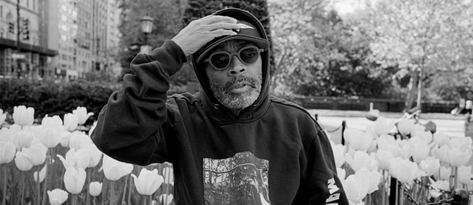 O diretor Spike Lee na frente de sua casa em Nova York Foto: ANDRE D. WAGNER/new york times / NYT