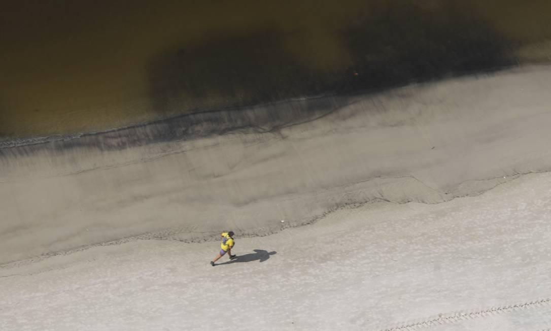 Após apresentar águas claras e transparentes no último domingo, a praia da enseada de Botafogo volta a cor escura habitual Foto: Márcia Foletto / Agência O Globo