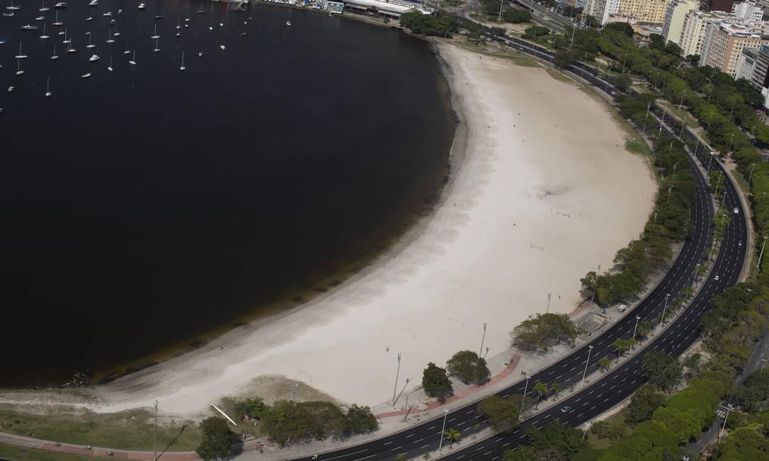 Imagem aérea mostra enseada de Botafogo com a água extremamente turva Foto: Márcia Foletto / Agência O Globo