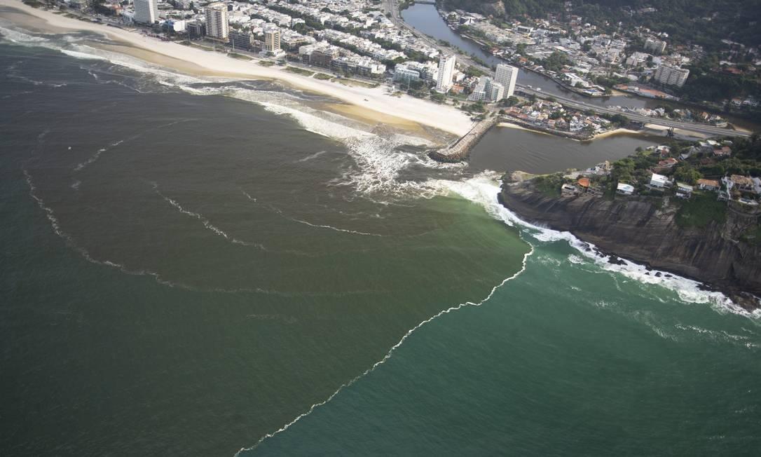 Mancha escura vista no canal da Joatinga elevou turbidez da água na praia da Barra Foto: Márcia Foletto / Agência O Globo