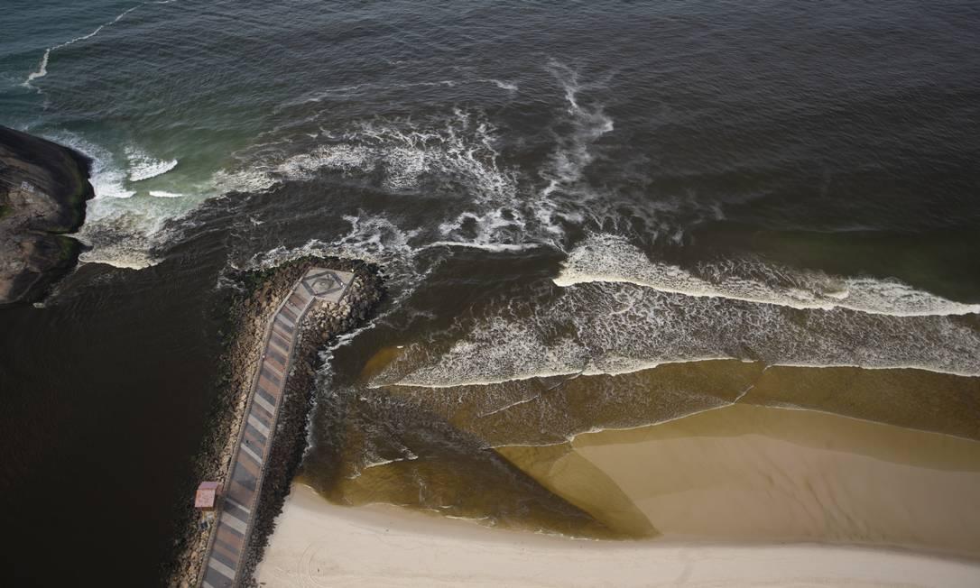 Grande mancha escura vinda das lagoas da Barra avança para a praia pelo canal da Joatinga Foto: Márcia Foletto / Agência O Globo