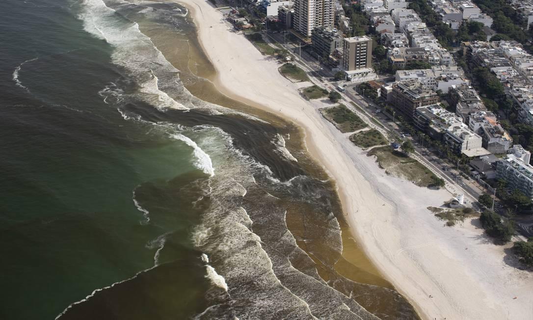Mancha escura alterou turbidez da água até, pelo menos, posto 5 Foto: Márcia Foletto / Agência O Globo