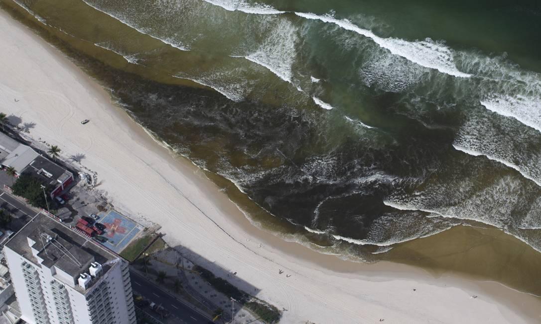 Mancha escura vista no canal da Joatinga elevou turbidez da água na praia da Barranal da Joatinga na Praia da Barra, deixando a água no mar barrenta. Foto de Márcia Foletto Foto: Márcia Foletto / Agência O Globo