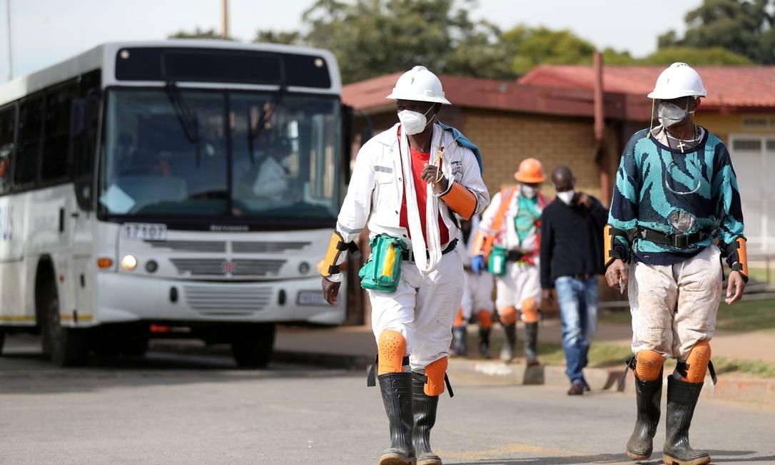Trabalhadores da mineração usam proteção especial em Carletonville, na África do Sul Foto: Siphiwe Sibeko / REUTERS