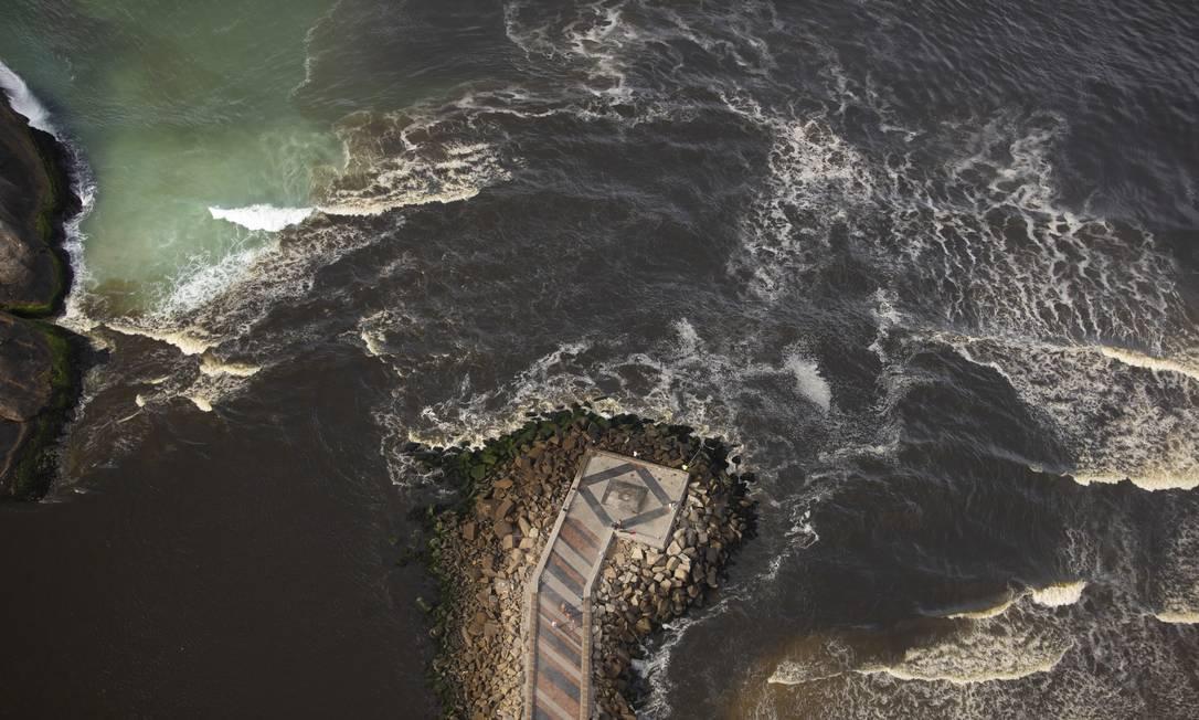 Mancha escura avança para o mar da Barra da Tijuca Foto: Márcia Foletto / Agência O Globo