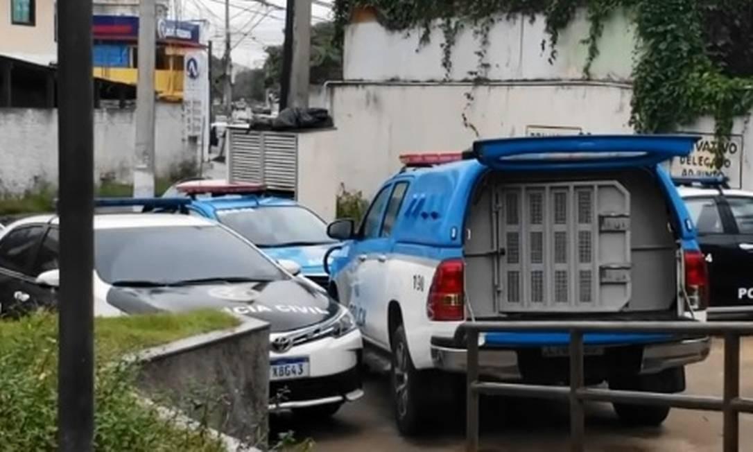 Preso fica 24h na porta de delegacia em Campos Foto: Reprodução TV Globo