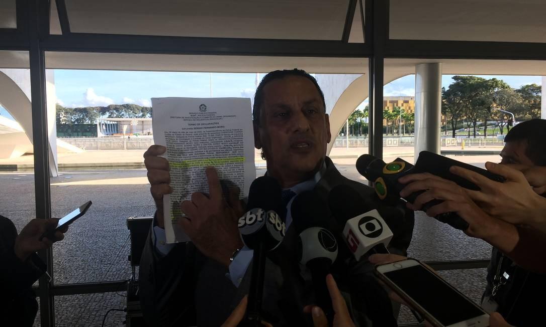 O advogado Frederick Wassef mostra o depoimento do ex-ministro Sergio Moro Foto: Daniel Gullino/Agência O Globo