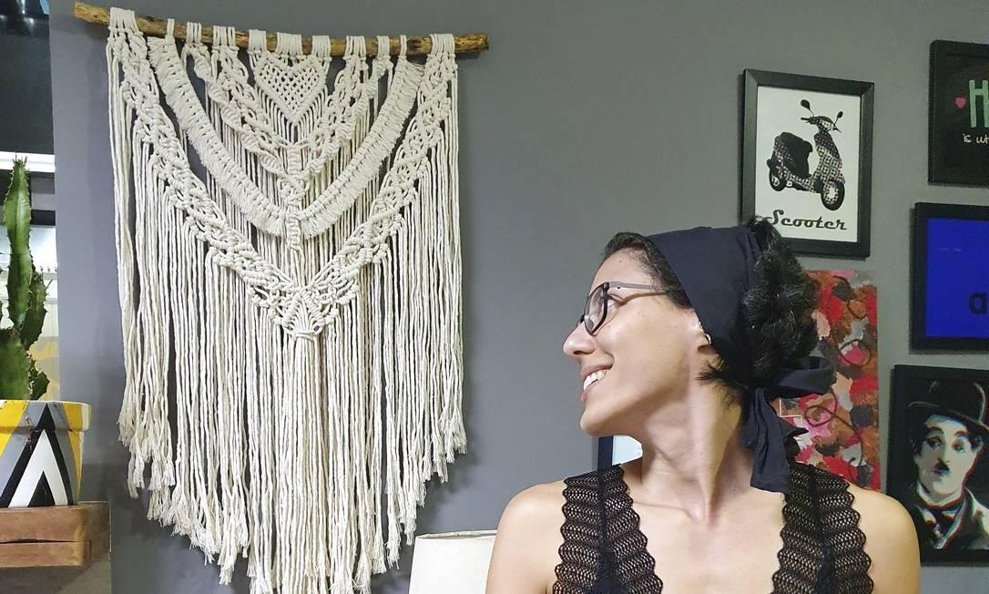 Ana Paula admira seu trabalho em macramê na parede: ela já tinha intimidade com o crochê e aprendeu a técnica com linhas Foto: Arquivo pessoal/Filipe Clavery