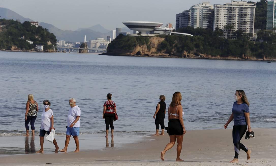 Atividades individuais na Praia de Icaraí foram liberadas na última quinta-feira. Foto: FABIANO ROCHA / Agência O Globo