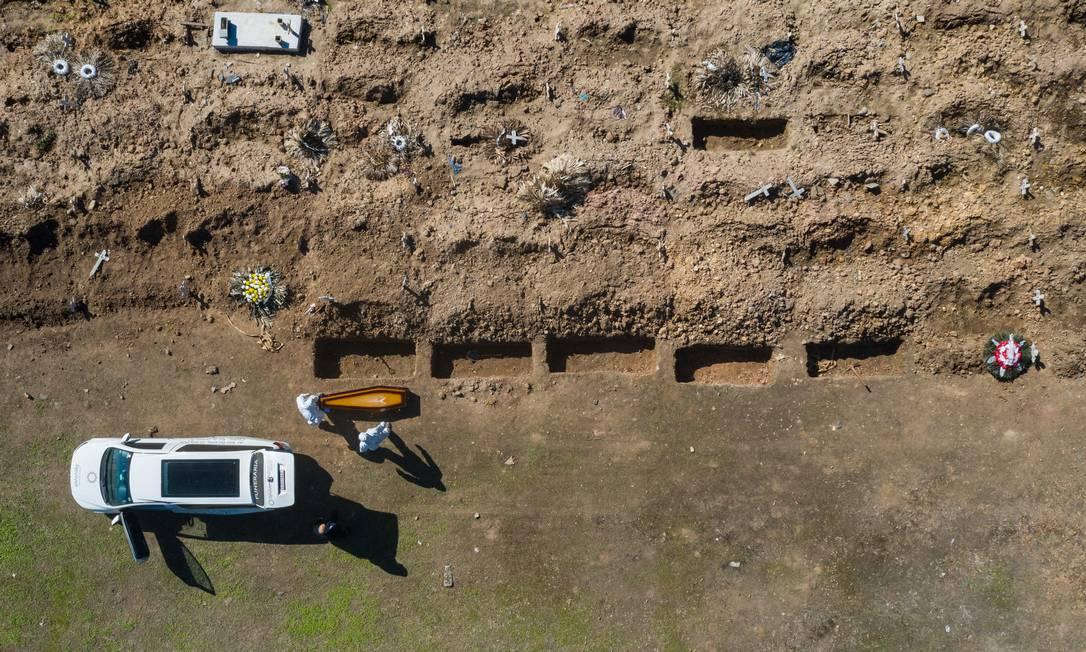 Imagem aérea mostra covas no Cemitério do Caju, na Zona Portuária, em 21/05/2020 Foto: Brenno Carvalho / Agência O Globo