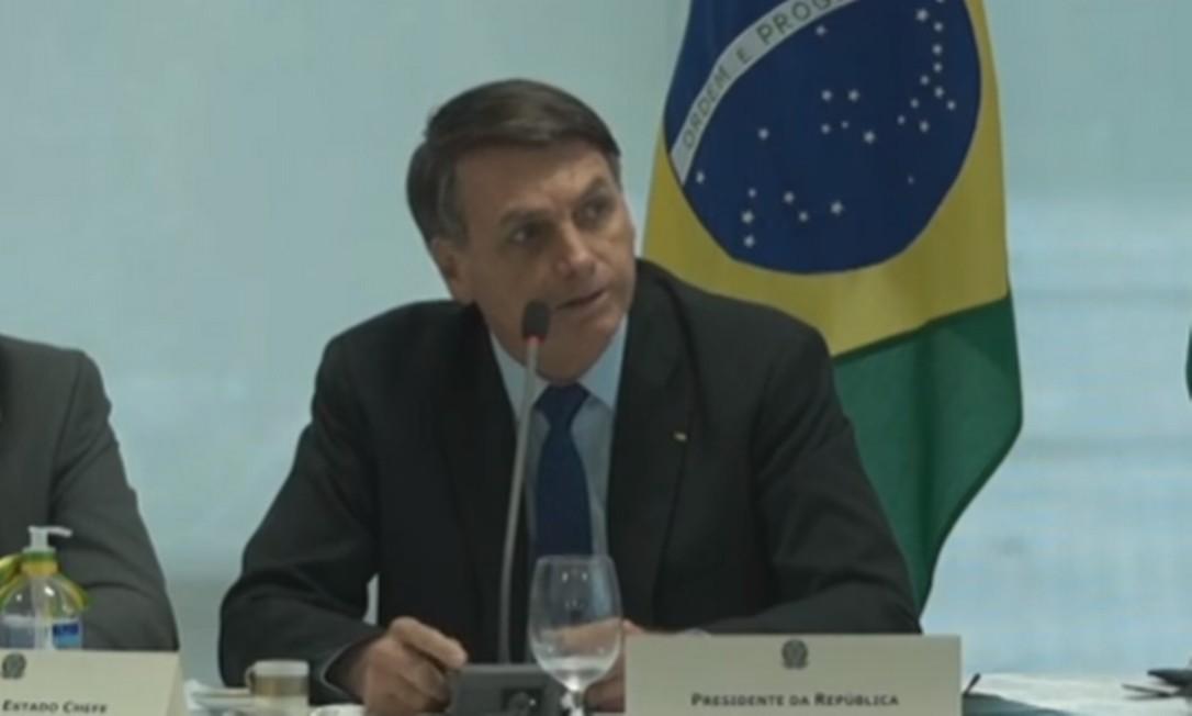 Imagem registra o momento em que Bolsonaro começou a falar sobre troca na segurança: presidente se dirigiu àqueles que estavam posicionados em seu lado esquerdo (inluindo Sergio Moro, sentado ao lado do vice Hamilton Mourão) Foto: Reprodução