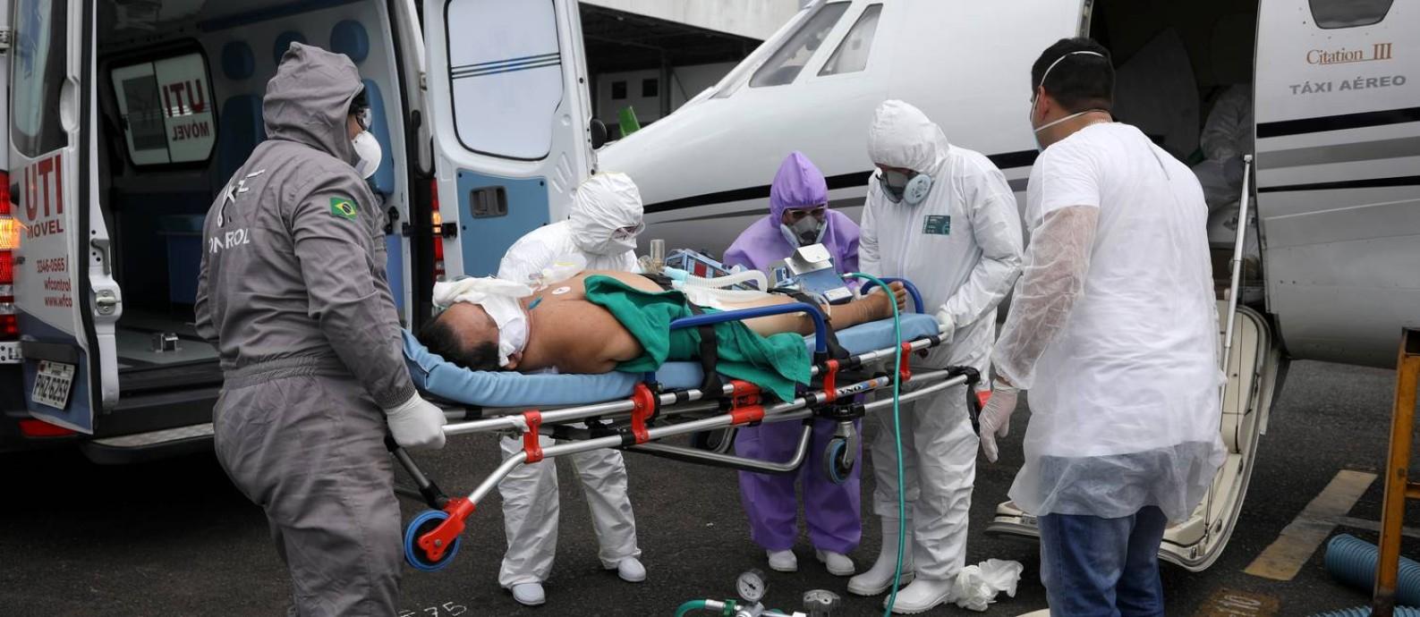 Paciente com Covid-19 é colocado dentro de uma UTI aérea em Tabatinga, de onde não é possível chegar a um leito SUS por vias terrestres, a caminho de Manaus, capital do Amazonas Foto: Bruno Kelly / Reuters