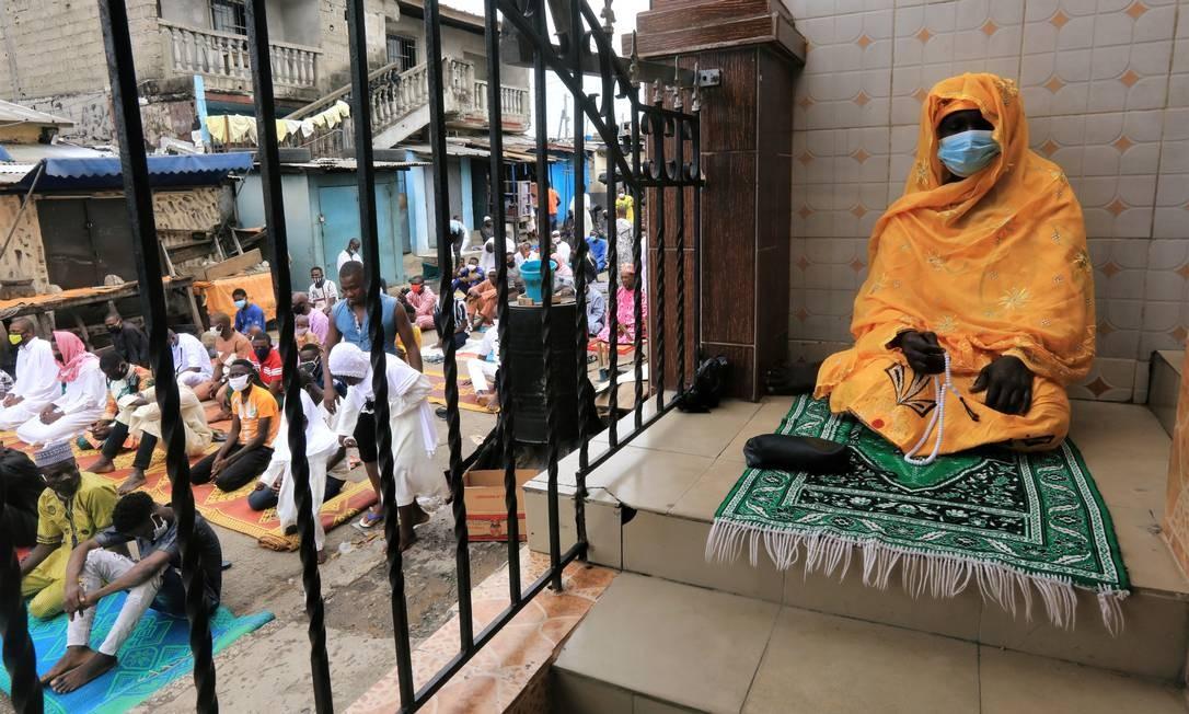 Muçulmanos assistem à oração de Eid-al-Fitr, marcando o final do mês sagrado do jejum do Ramadã, em Adjame, um bairro de Abidjan, na Costa do Marfim, neste sábado Foto: THIERRY GOUEGNON / REUTERS