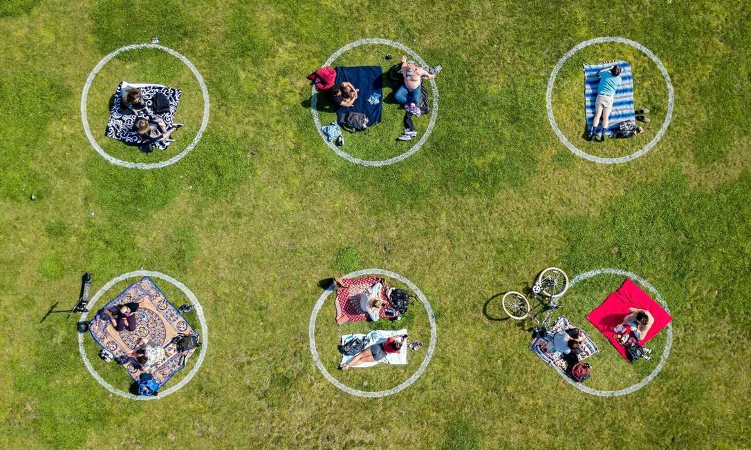 Pessoas se mantém em círculos no gramado do Dolores Park, em São Francisco, Califórnia, EUA, para manter o distanciamento social Foto: JOSH EDELSON / AFP