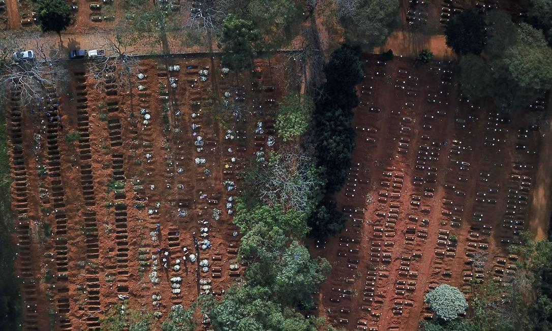 Covas rasas ocupadas são vistas no cemitério de Vila Formosa, o maior cemitério do Brasil, em São Paulo. A América Latina é o novo epicentro da pandemia, segundo a OMS e o Brasil o país onde a situação é mais grave, com registrando mais de mil mortes por dia e um total de mais de 290 mil mortos Foto: AMANDA PEROBELLI / REUTERS