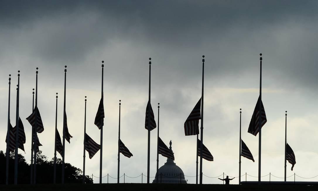 Luto. As bandeiras são vistas a meio-mastro no National Mall, em Washington, EUA, em lembranças às mais de 93 mil pessoas que morreram devido ao novo coronavírus no país Foto: MARY F. CALVERT / REUTERS
