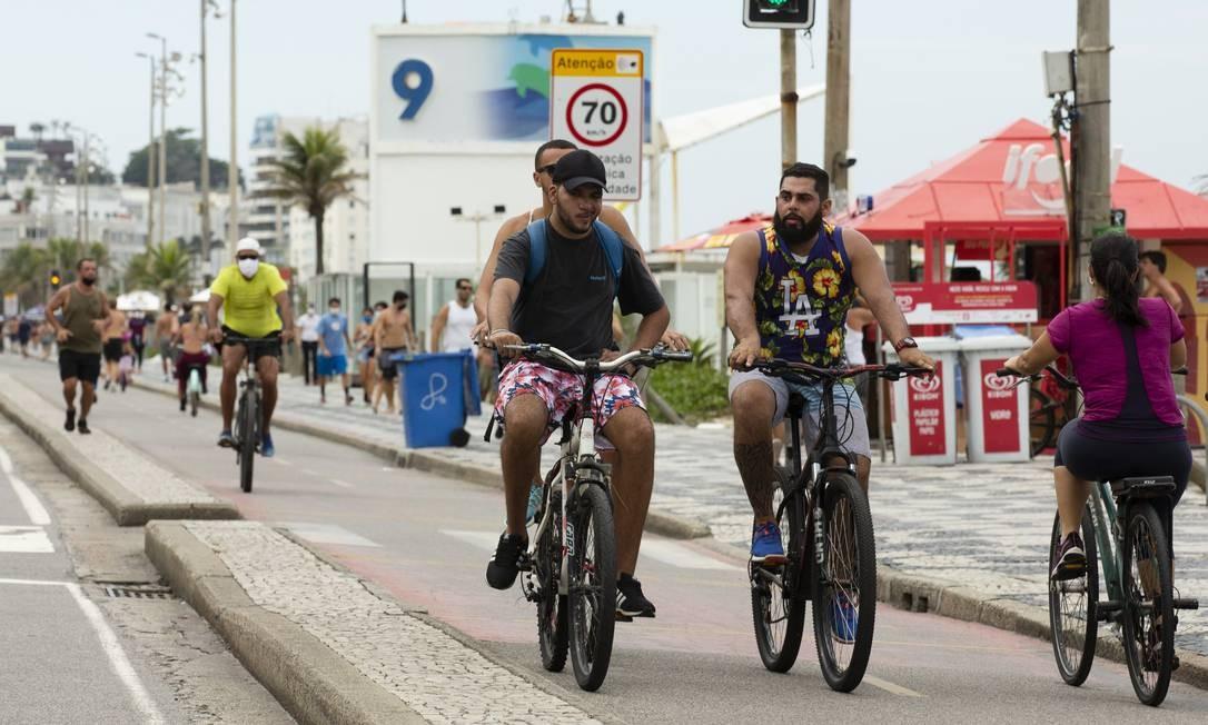 Além de furarem a quarentena, ciclistas pedalam sem máscara na orla de Ipanema, na altura do posto 9 Foto: Leo Martins / Agência O Globo