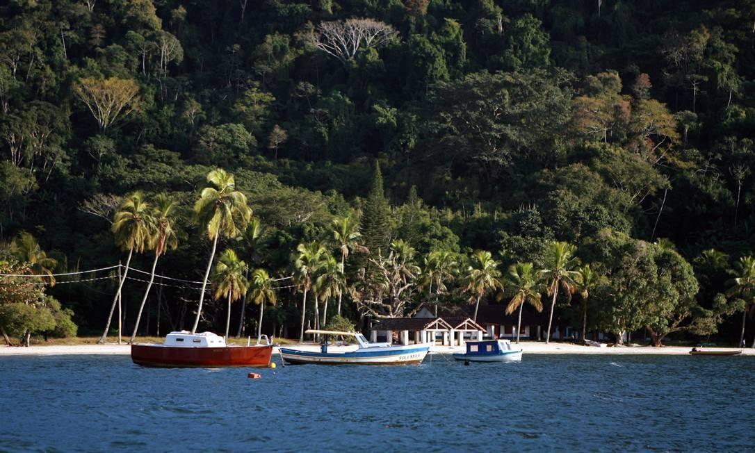 Naufragio na Ilha da Madeira, em Itaguaí, deixa três mortos. Um passageiro foi resgatado com vida Foto: Hudson Pontes / Agência O Globo