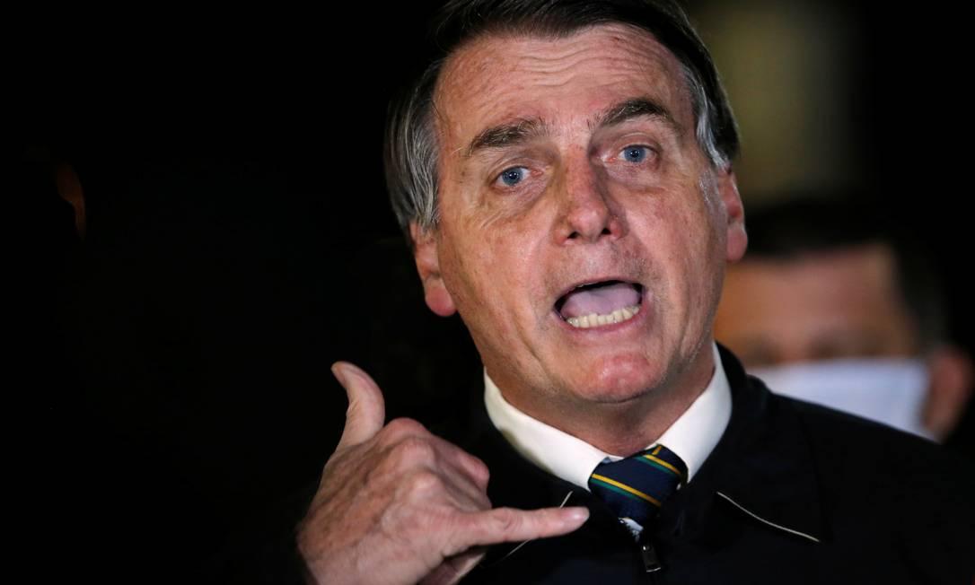 O presidente Jair Bolsonaro fala com jornalistas na chegada ao Palácio da Alvorada Foto: ADRIANO MACHADO / REUTERS