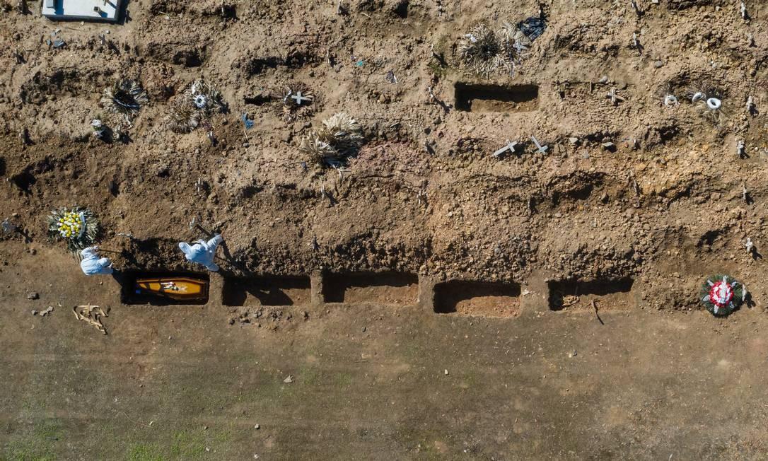 Sepultamento é realizado no Cemitério do Caju, na Zona Portuária do Rio Foto: Brenno Carvalho / Agência O Globo