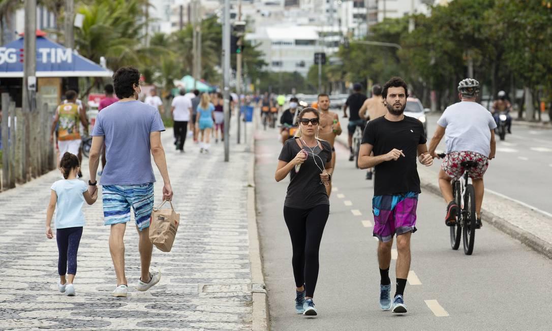 Ciclovia e calçadão de Ipanema tiveram grande movimentação de pessoas, muitas delas não usavam máscara de proteção Foto: Leo Martins / Agência O Globo