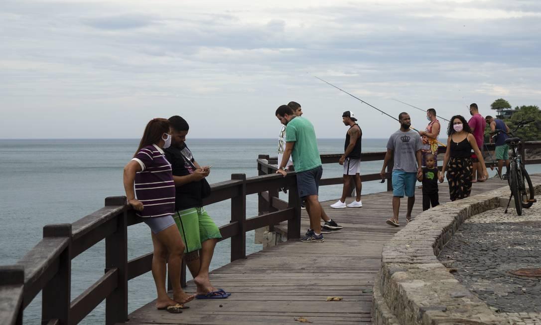 Mirante do Leblon recebeu mais visitantes do que deveria para um sábado de pandemia Foto: Leo Martins / Agência O Globo