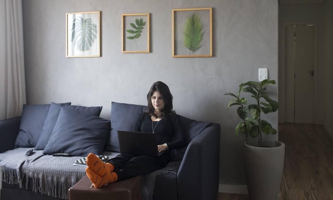 Conforto. Aline Mantovan trabalha em casa e pretende continuar após a pandemia Foto: Agência O Globo