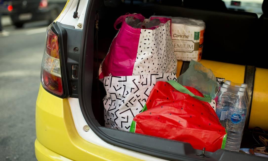 Impulso. Carro leva compras de supermercado: consumidor pode gastar demais na volta do comércio não essencial Foto: Márcia Foletto / Agência O Globo